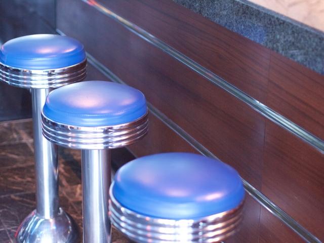 キャバクラとガールズバーの違いは?昼職と掛け持ちするなら?|ask-ware.jp